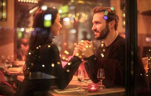Coppia felici in un bar