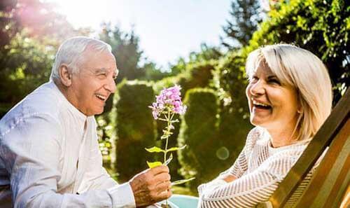 Coppia di anziani romantici