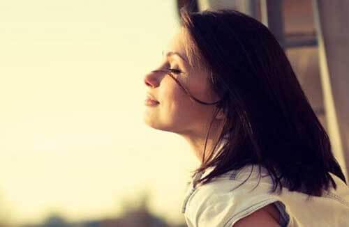 Donna medita per vivere meglio