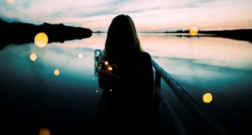 Donna di spalle che guarda il mare