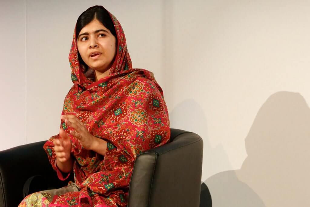 Malala Yousafzai seduta
