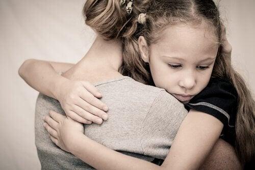 Madre abbraccia figlia per ridurre l'ansia infantile