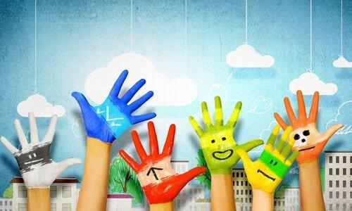 Mani colorate e la arte nello sviluppo dei bambini