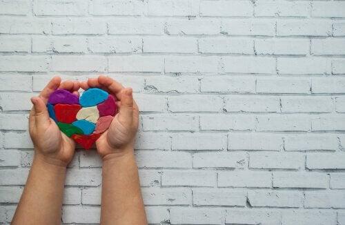 Mani di bambino con cuore colorato