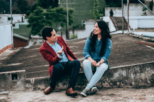 Parlare con gli sconosciuti rende felici