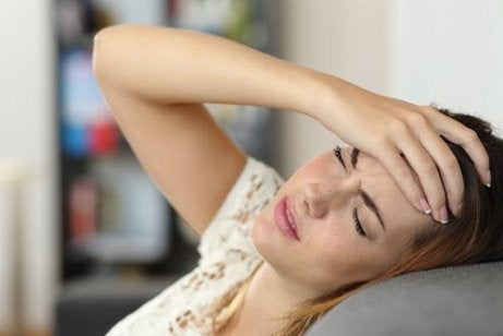Ragazza con mal di testa - disturbo da conversione
