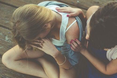 affrontare gli eventi imprevisti: ragazza consola l'amica