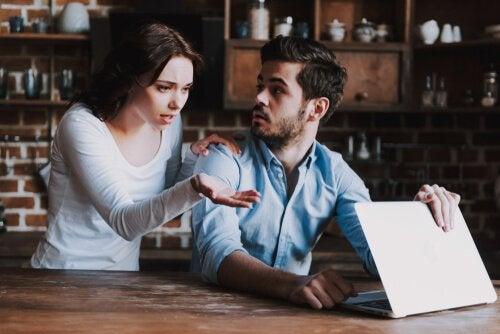 Ragazza controlla il computer del partner
