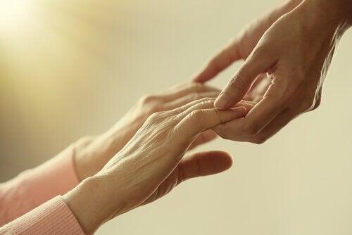 Ragazza aiuta anziana