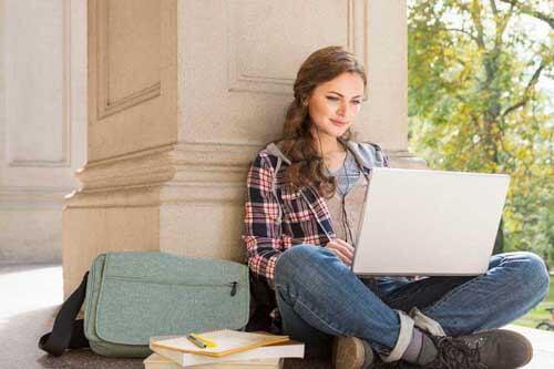 Ragazza studia con il PC