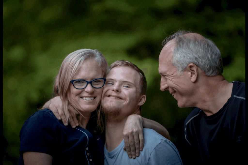 Ragazzo con disabilità intellettiva e genitori