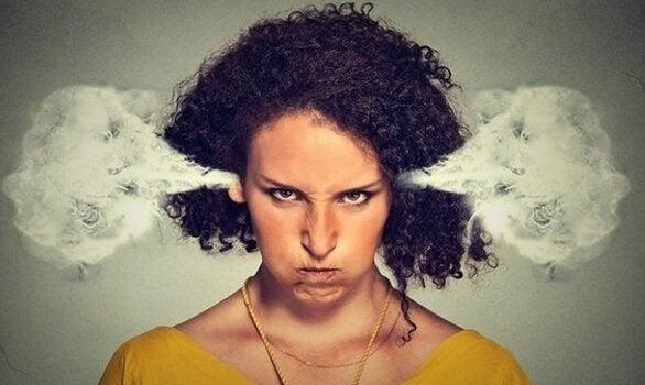 Donna con fumo dalle orecchie