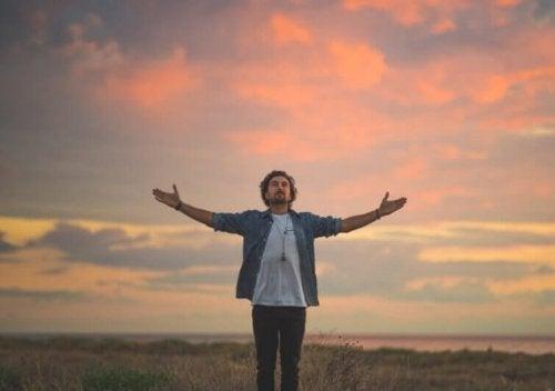 Uomo fa una preghiera personale