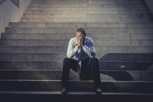 Uomo disoccupato seduto su uno scalino
