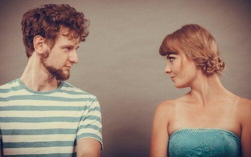 Uomo e donna che si guardano