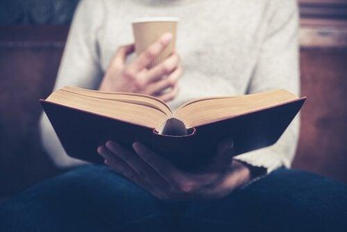 Leggere le biografie e benefici psicologici