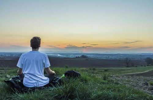 Uomo medita all'aperto