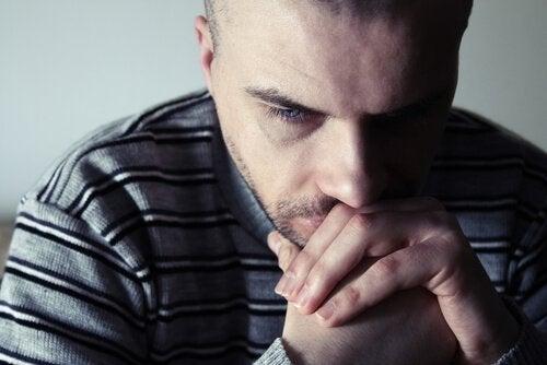 Uomo riflette sull'espressione emotiva