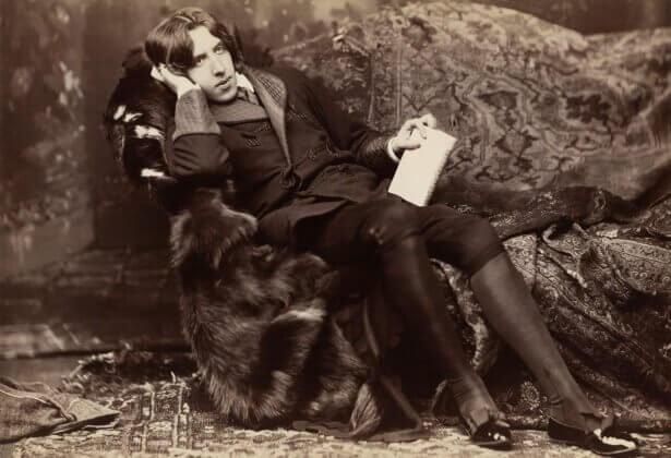 Oscar Wilde seduto