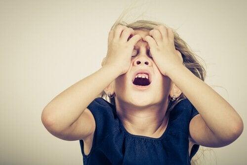 Attacchi di panico nei bambini, bambina con le mani sul viso