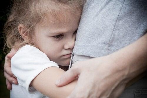 Bambina arrabbiata abbraccia la madre