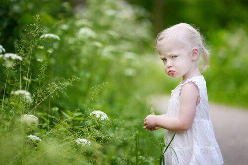 Bambina imbronciata che fa i capricci