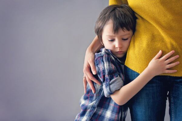 Bambino che abbraccia la madre