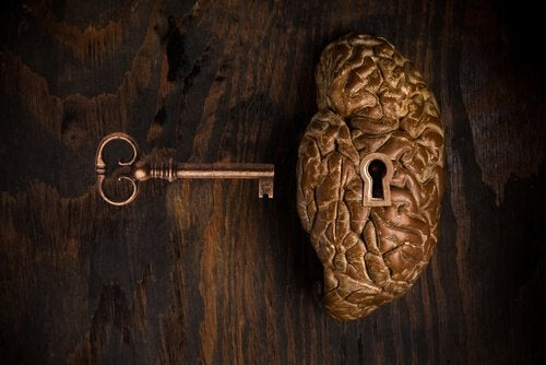 Cervello con serratura e chiave