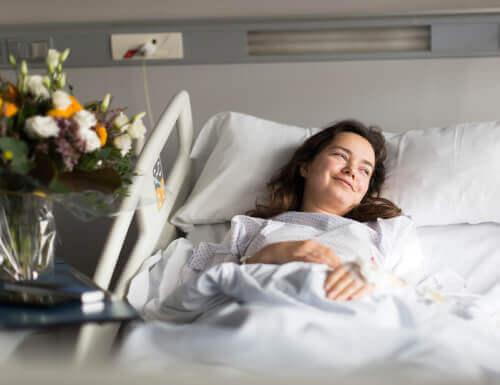 Affrontare la malattia con ottimismo, malata sorridente