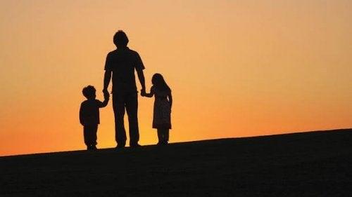 Padre con figli al tramonto