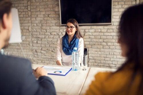 Ragazza ad un colloquio di lavoro