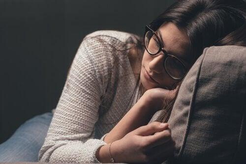 Una ragazza triste con gli occhiali