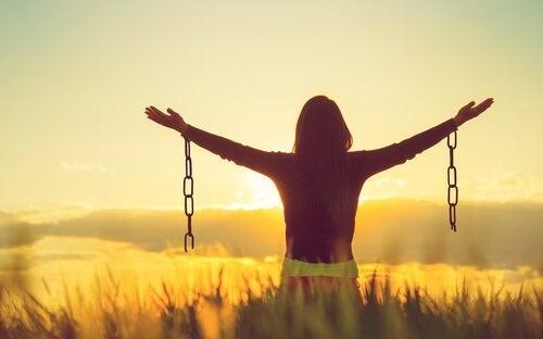 Accettare le emozioni negative rende più felici?