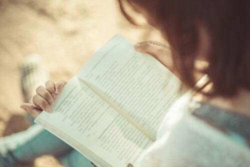 Una ragazza legge un libro