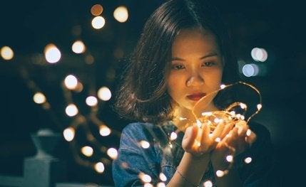 Ragazza con luci in mano
