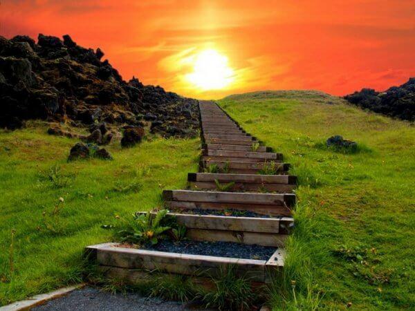 Sentiero con scale verso il sole