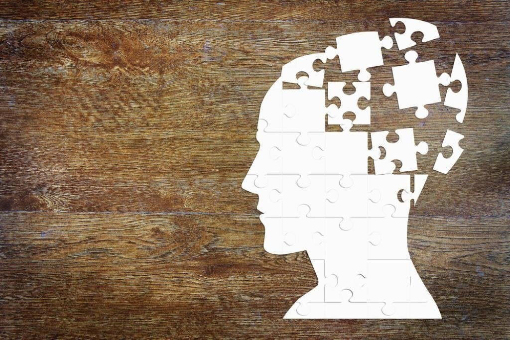 Testa composta da tessere di puzzle