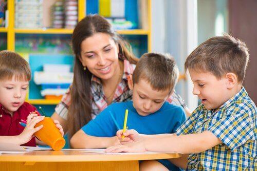 Adattamento degli obiettivi curricolari per i bambini a scuola con la maestra