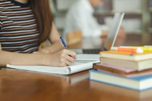 Bambina che fa i compiti