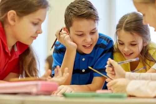Bambini che lavorano in gruppo