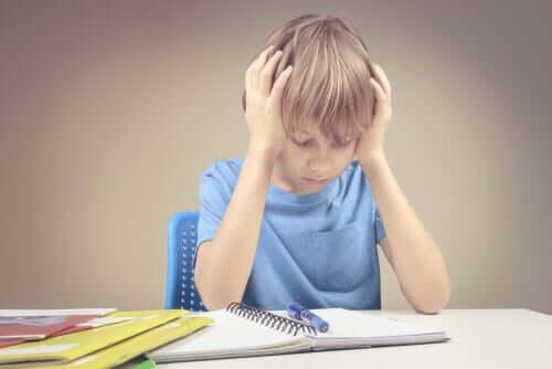 Bambino che studia matematica