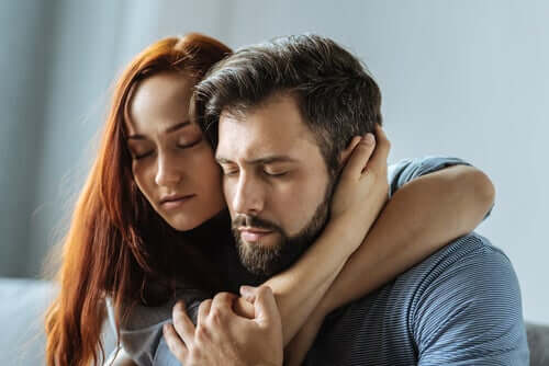 Coppia abbracciata con gli occhi chiusi