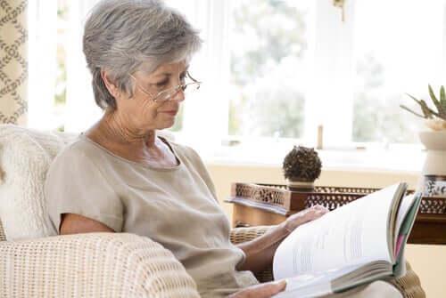 Donna anziana che legge per allenare la stimolazione cognitiva