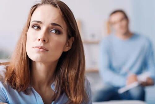 Donna preoccupata da partner alessitimico