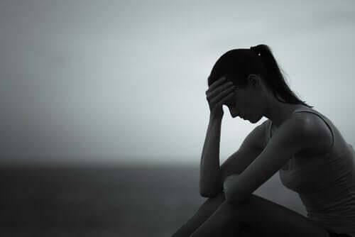 Donna triste che subisce gli effetti dell'amore egoista