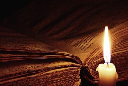 Libro aperto con candela