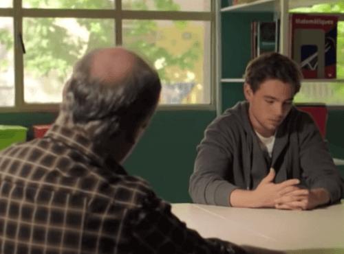 Merlì parla con un alunno