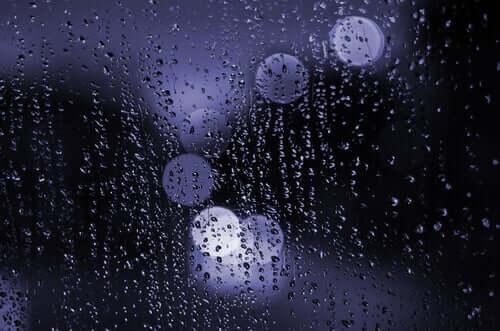 Pioggia sul vetro di notte