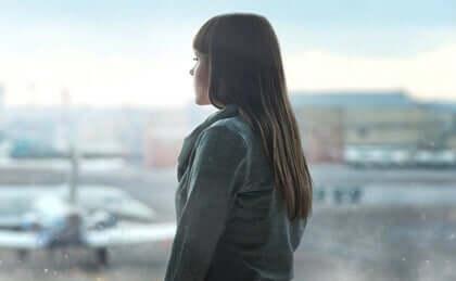 Ragazza che guarda verso aeroporto