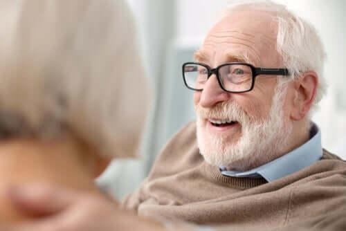Uomo anziano con occhiali che ride